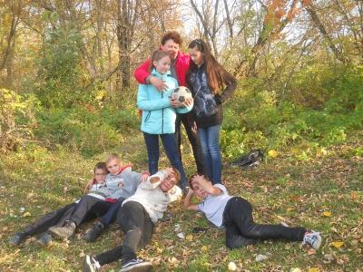 Читатели Залуженской библиотеки праздник, посвященный Международному дню девочек, с играми и спортивным соревнованиями провели в чудесном осеннем лесу.