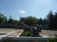 Дворники, садовники группы хозяйственного обслуживания и благоустройства ГГМО, учащиеся  и учителя  ГСШ № 3 продолжают уборку на мемориале Погибшим воинам.