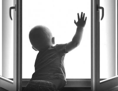 Комиссия по делам несовершеннолетних и защите их прав при Правительстве Самарской области предупреждает: окно – смертельная опасность для ребенка!