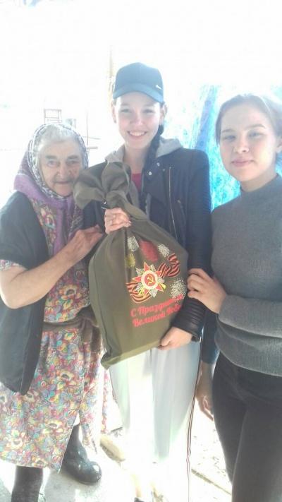 Волонтеры нашего поселения вручили подарки ветеранам ВОВ от Губернатора Самарской области Д.И. Азарова
