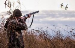 Какие документы необходимо иметь охотнику при осуществлении охоты и по требованию каких должностных лиц охотник обязан предоставить данные документы?