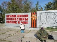 Уборка территории мемориалов ко Дню Победы