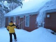 Снег на крыше дома – чем опасен, и как его правильно убирать