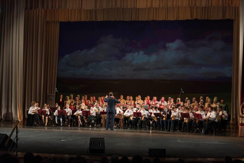 7 октября в Самарской области в Самарском академическом театре оперы и балета стартовал VI Губернский фестиваль самодеятельного народного творчества «Рожденные в сердце России», который проводится при поддержке Правительства Самарской области.