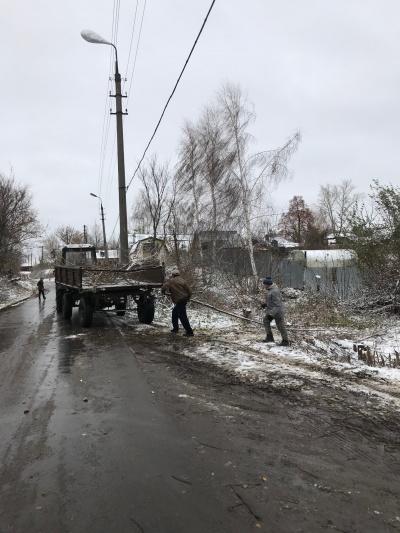 30/10/2018 проведены работы по опиловке и вывозу деревьев на ул. Школьная в п. Епифань