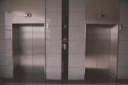 Обязаны ли жильцы первых этажей дома платить за лифт?