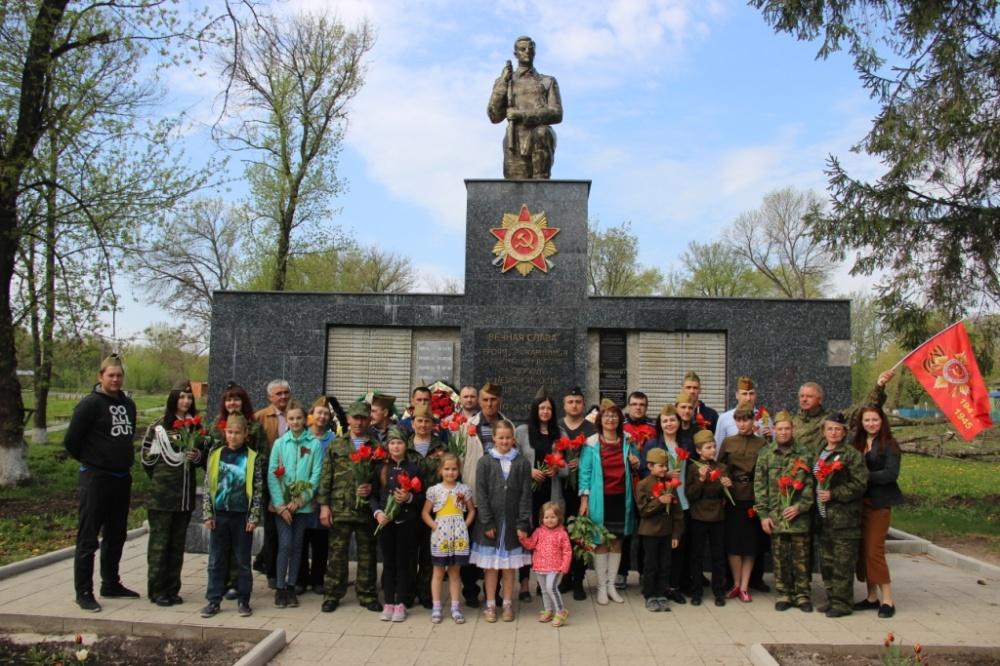 Автопробег 2019 ТОСовцев по Нижнедевицкому району, возложение цветов и венков на воинских захоронениях.