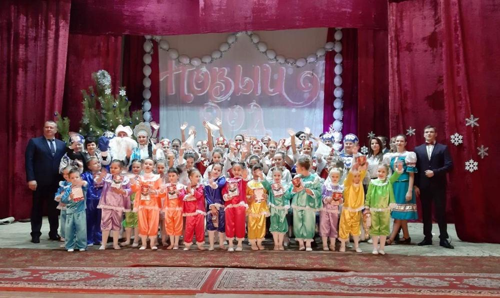 В воскресный вечер 22 декабря в Доме культуры с.п. Черновский царило новогоднее настроение, прошел большой новогодний концерт с интересным названием «Новый год в прямом эфире»