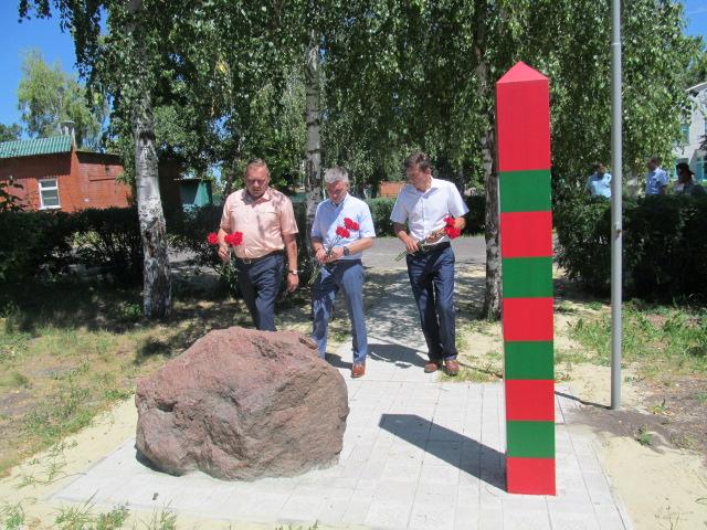 Цветы к памятнику пограничникам.