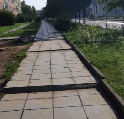 Ремонт тротуара вдоль школы по улице Строителей.