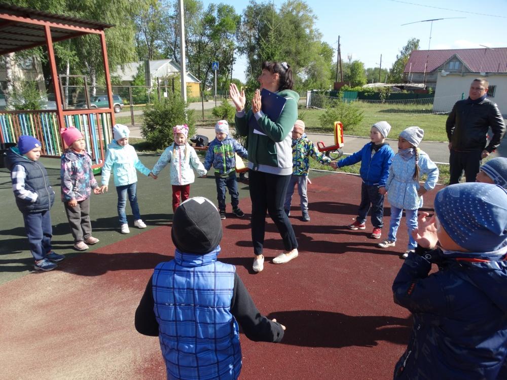29 августа в сельском поселении Черновский в рамках проекта «Выходи гулять!» прошло одно из очередных мероприятий серии «День двора» - развлекательная программа для дошкольников «Из чего же ..»