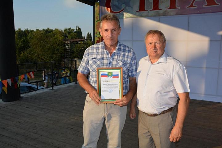 Герман Чернов вручение почетной грамоты от главы района