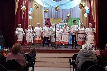 5 октября   работники  МКУ «Центр культуры Ольховатского сельского поселения»   и  вокальный  ансамбль «Разгуляй» поздравили жителей села с  Днем пожилого человека