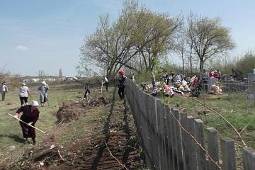 """ТОС """"Козловский"""" принял участие в субботнике по наведению порядка на кладбище"""