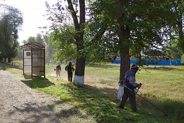 Дворники группы хозяйственного обслуживания и благоустройство продолжают косить траву по ул.Советская.