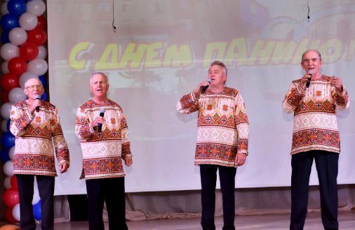 Выступление мужского ансамбля на праздничном концерте в День Панино