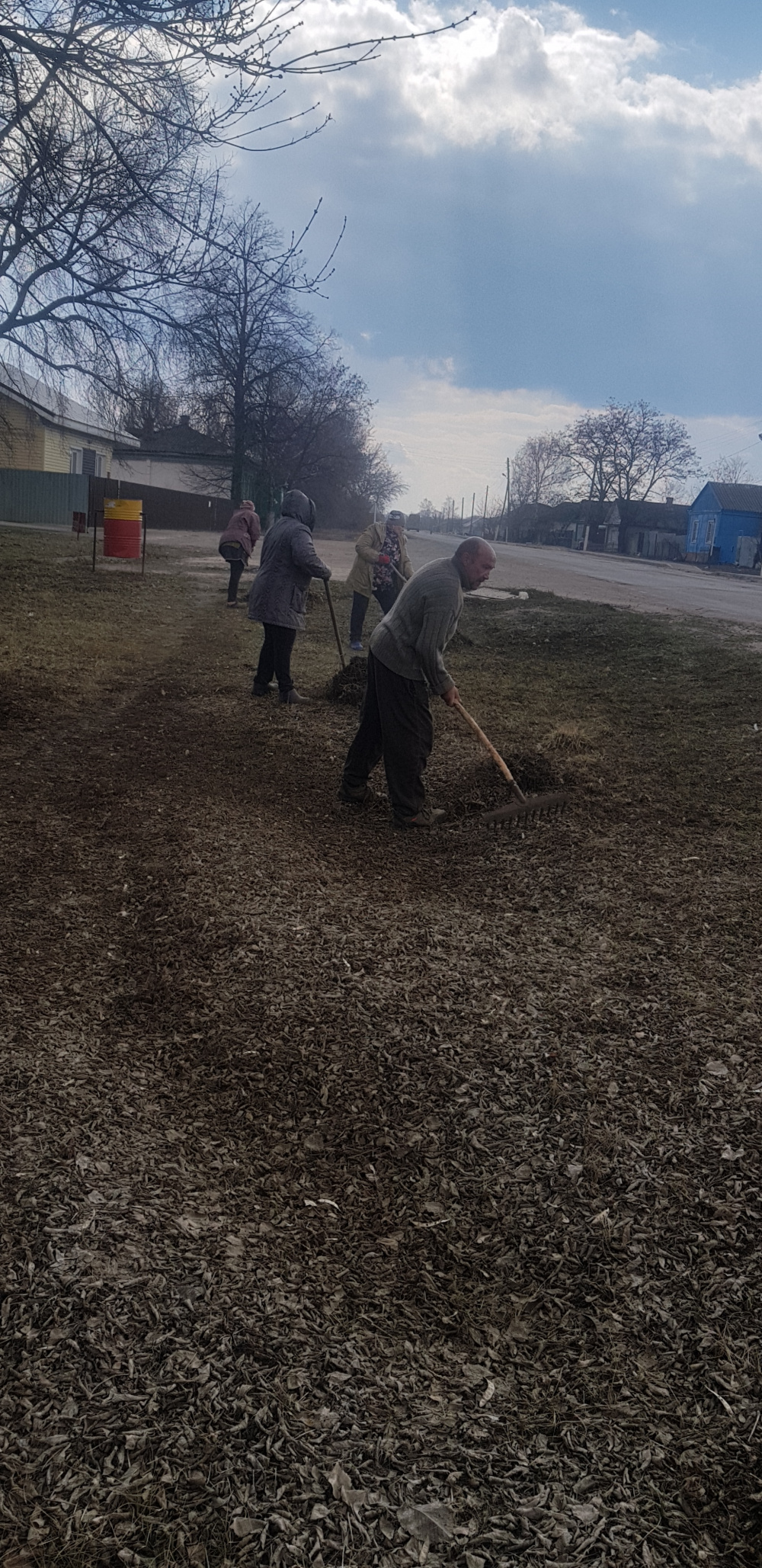 c 05 апреля на территории Пыховского селського  поселения проходят субботники по наведению порядка вокруг зданий  и  уборка несанкционированных свалок .