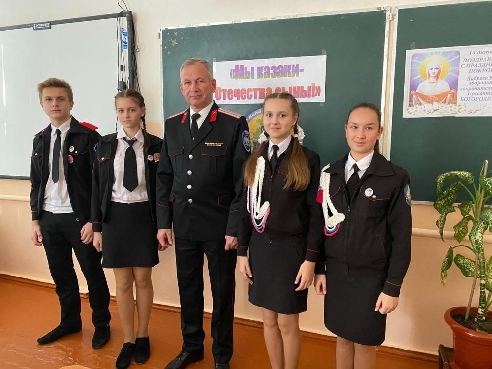 Четыре учащихся 9 класса казачьей направленности сегодня получили нагрудные знаки «Отличник казачьей учёбы».