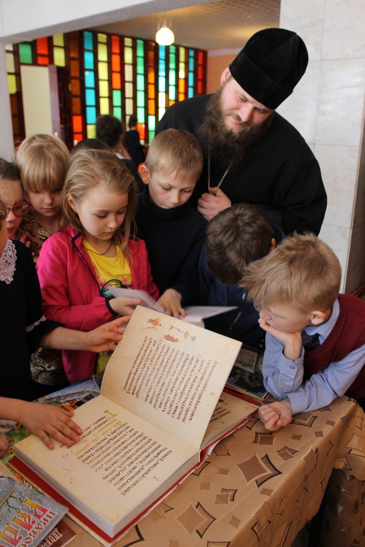 В канун  Дня  Православной книги  в  фойе  библиотеки  состоялась  беседа