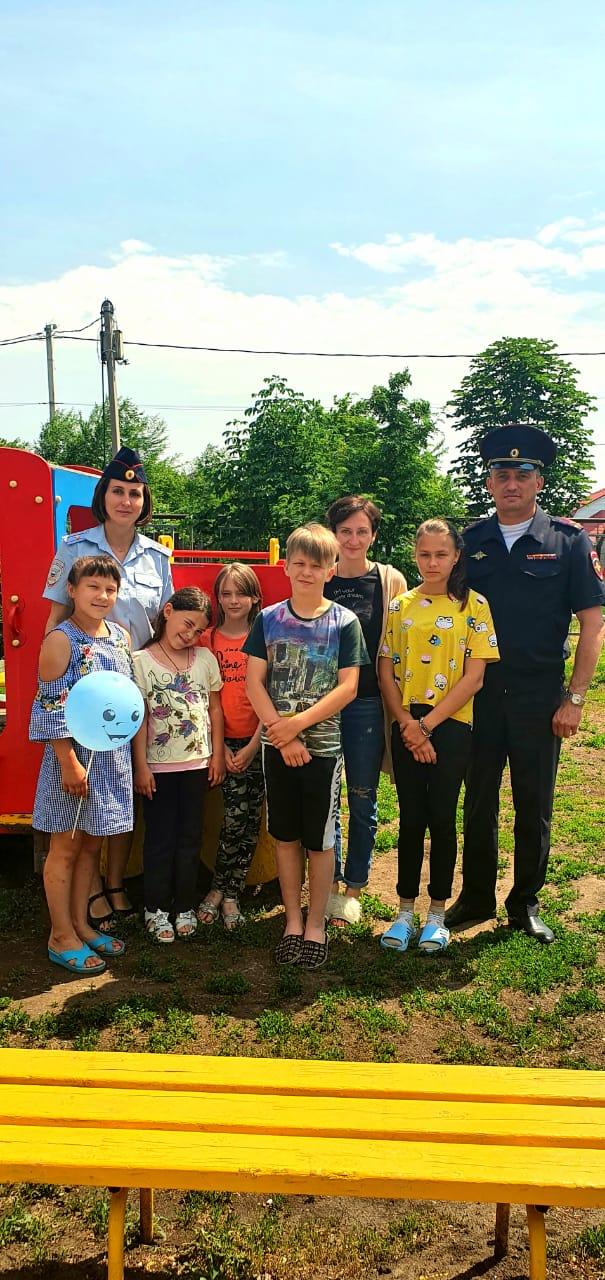 """Представители правопорядка поздравили воспитанников """"Тополька"""" с днем защиты детей"""