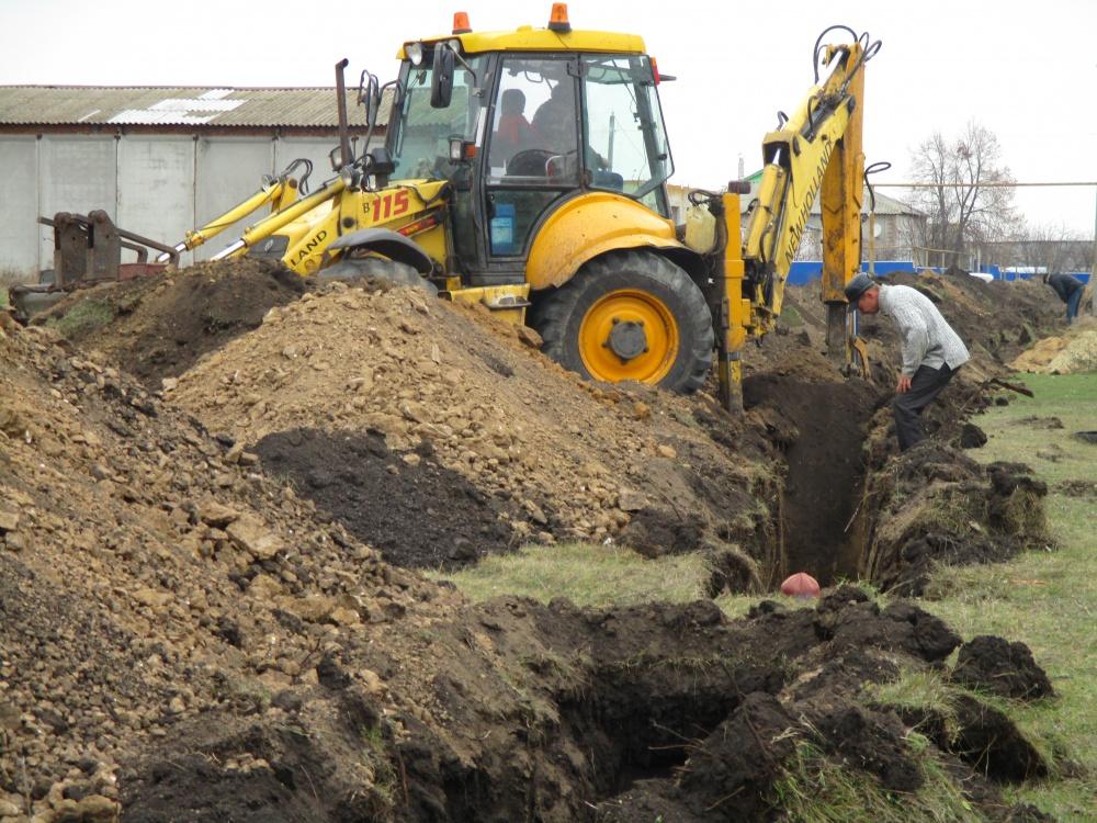 Начата работа по укладке водопроводной трубы по части ул. Алпеева
