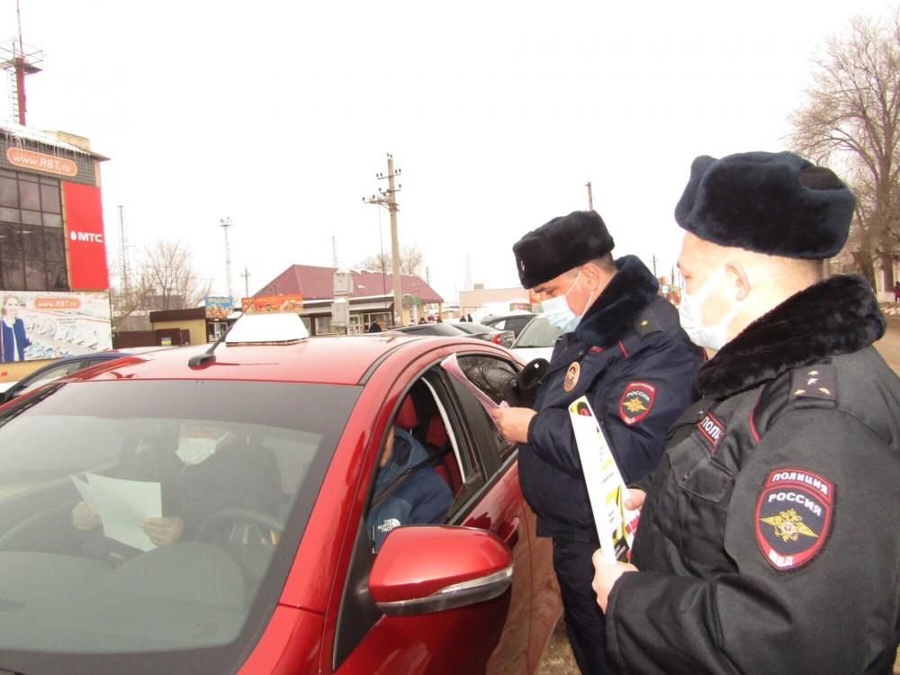 Похвистневские госавтоинспекторы предупреждают водителей о безопасности в пути.