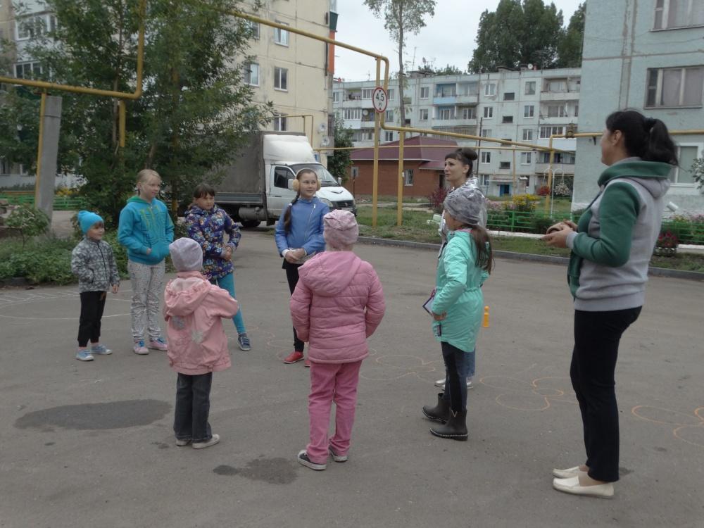 02 августа на  детской площадке по ул. 40 лет Победы МБУК ДРЦ «Феникс» провели конкурсную программу «Рисуем всем двором»