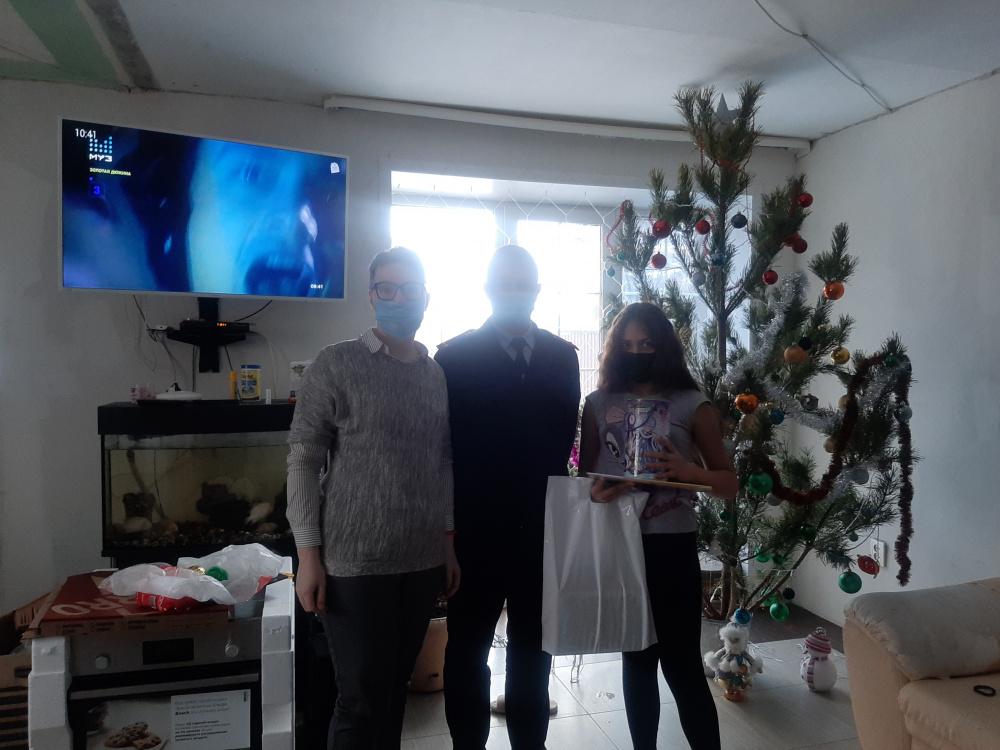 Сотрудники отдела МВД России по Волжскому району поздравили семью погибшей при исполнении коллеги, с Новым Годом
