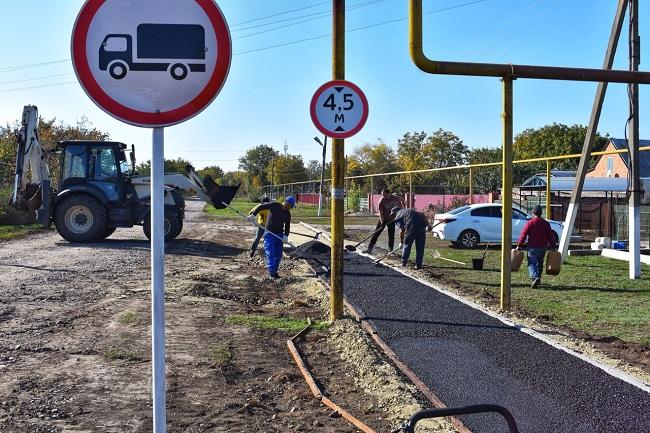 В селе Степное завершаются работы по строительству пешеходного тротуара
