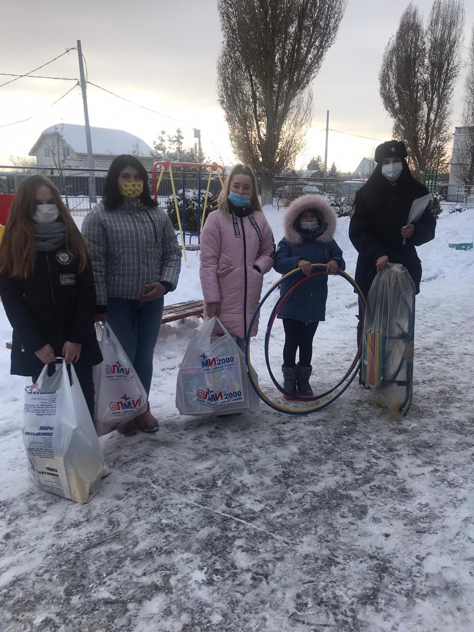 В Волжском районе «Полицейский Дед Мороз» встретился с воспитанниками подшефного социально-реабилитационного центра «Тополек»
