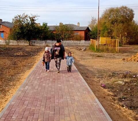 Завершилось строительство дорожки, соединившей площадь перед зданием администрации с детским садом. Довольны взрослые и дети.