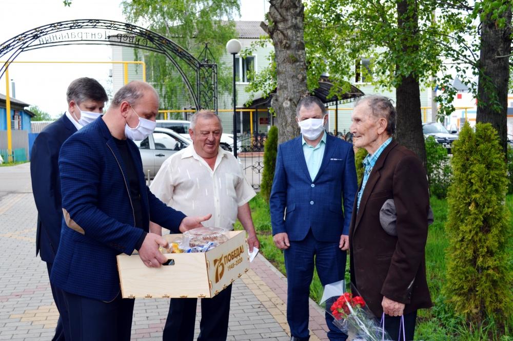 Поздравление участников Великой Отечественной войны и вручение им подарков