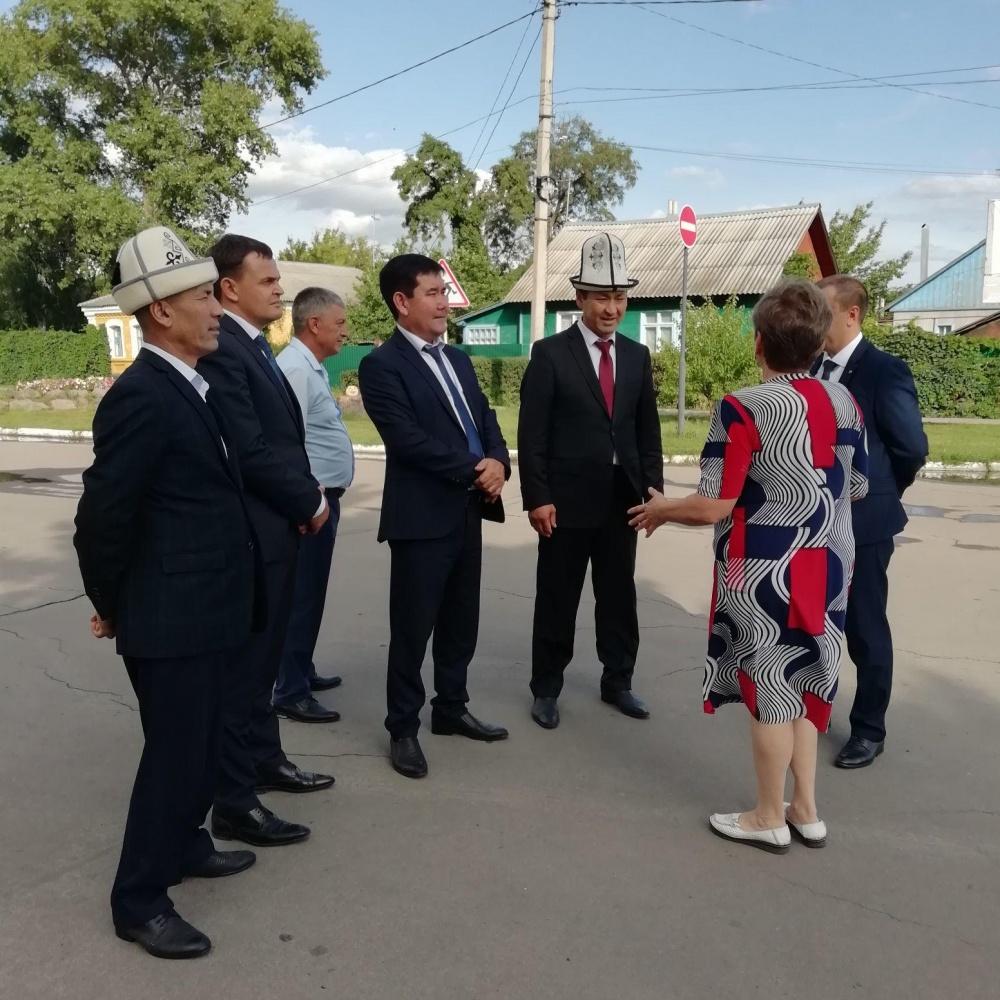 Экскурсия по центральной улице посёлка гостям из Кыргызстана