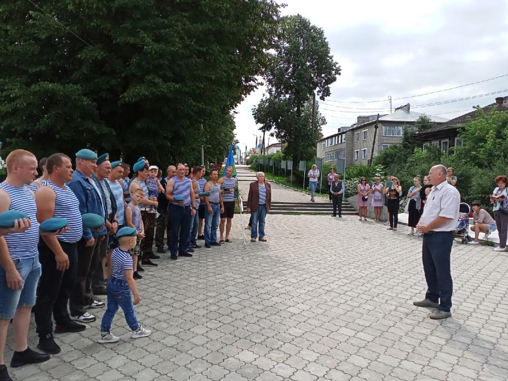 Глава города поздравил десантников с праздником