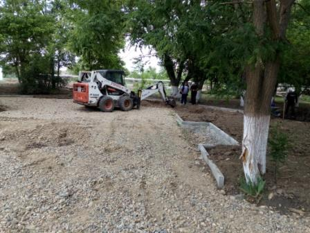 Продолжаются работы по благоустройству парковой зоны
