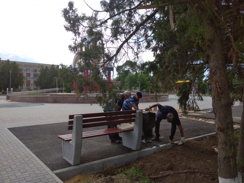 Группа хозяйственного обслуживания и благоустройства г.Городовиковска, проводит уборку на пл.им.Ленина.