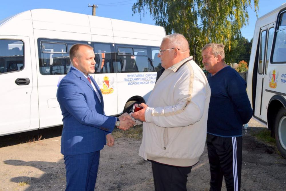 Глава администрации вручил ключи от автобусов
