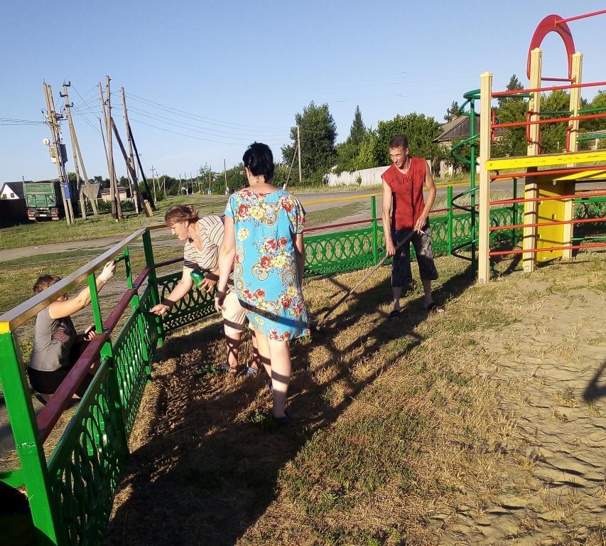 Навели порядок на детских площадках