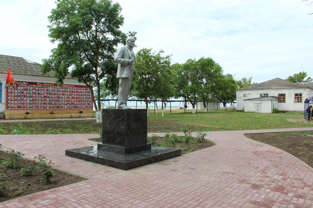 В станице Камышеватской отремонтировали памятник Ленину