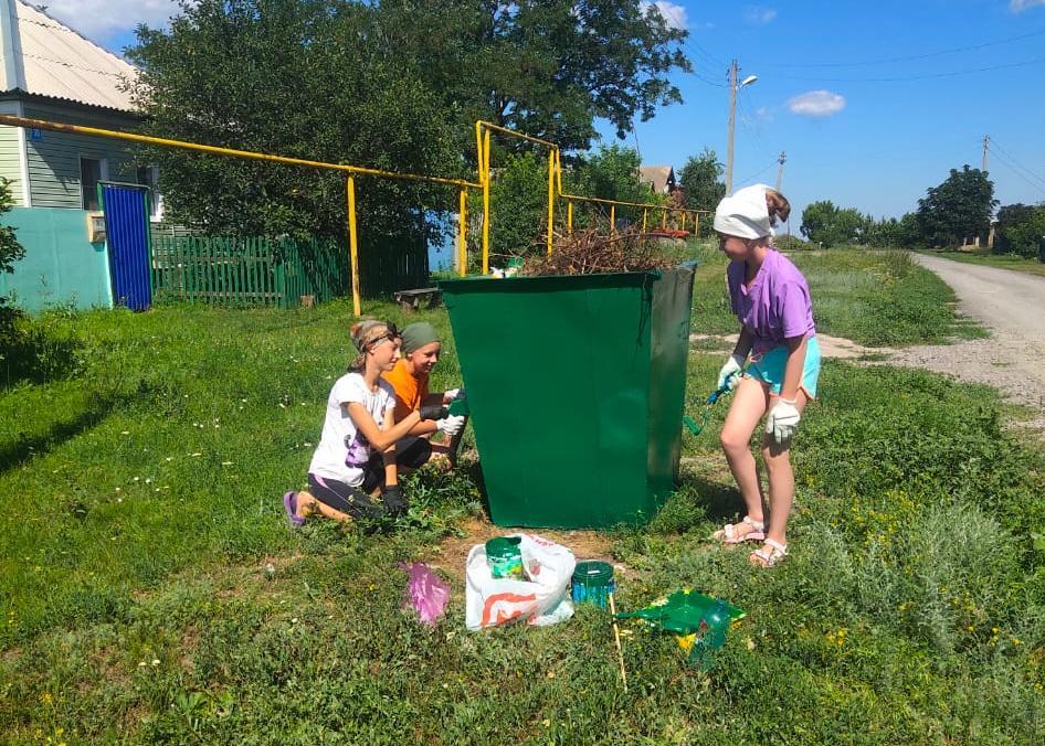 Группа учащихся занялась полезным и наглядным делом, проявила инициативу  -  покрасили мусорные контейнеры для улучшения внешнего вида контейнеров и продления срока их службы.