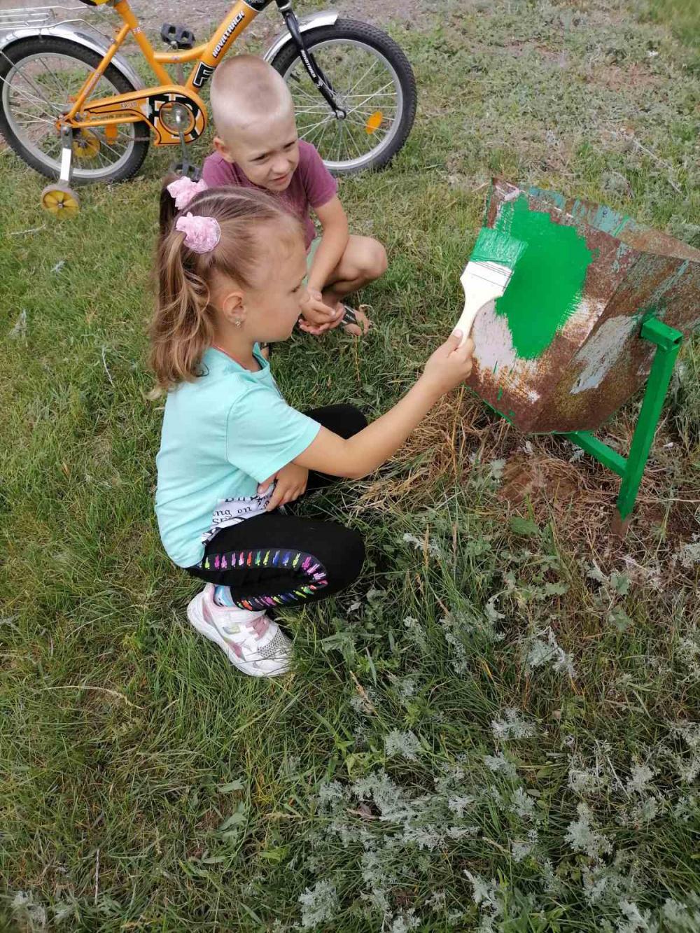 12 июня неравнодушные и активные жители улицы Вишневая поселка Черновский организовали и провели субботник на детской площадке
