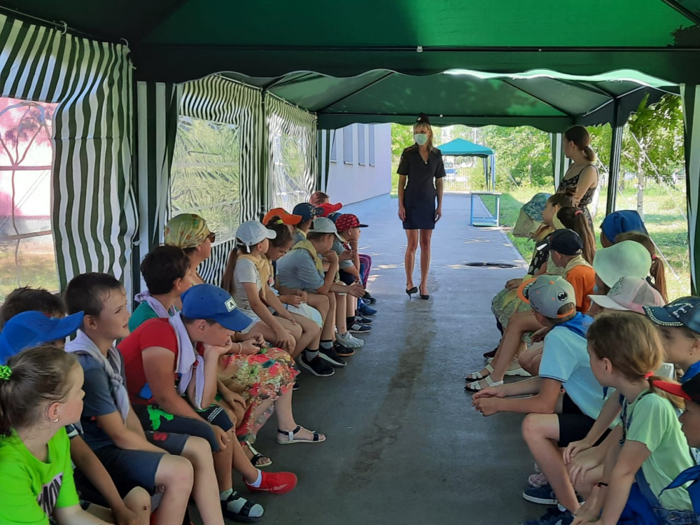 Полицейские Волжского района провели профилактические беседы с ребятами из детских пришкольных лагерей