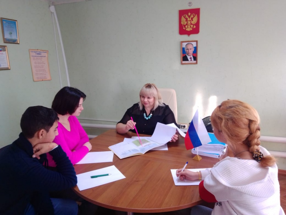 Глава поселения с учениками Пыховской школы рассмотрела проект по дальнейшему  благоустройству центра в  с.Пыховка