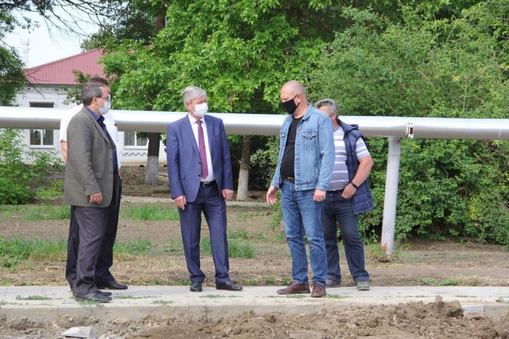 Сегодня на строительной площадке парка станицы Новониколаевской побывал глава района Виктор Кузьминов.