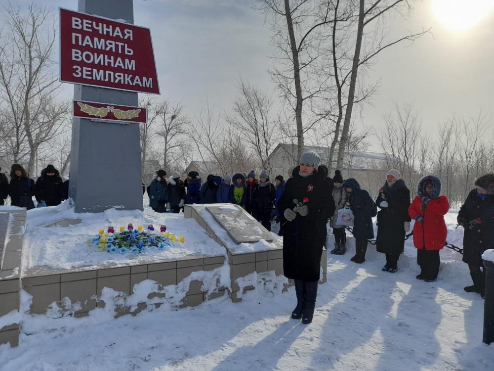 23 февраля,  в День защитника Отечества, жители поселка Комсомольский Адамовского района Оренбургской области поддержали акцию и провели торжественный митинг в честь ветеранов Великой Отечественной войны.