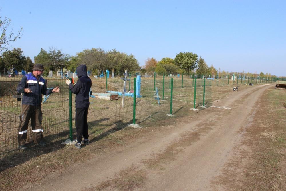 В ст. Камышеватской завершена установка металлического ограждения на кладбище