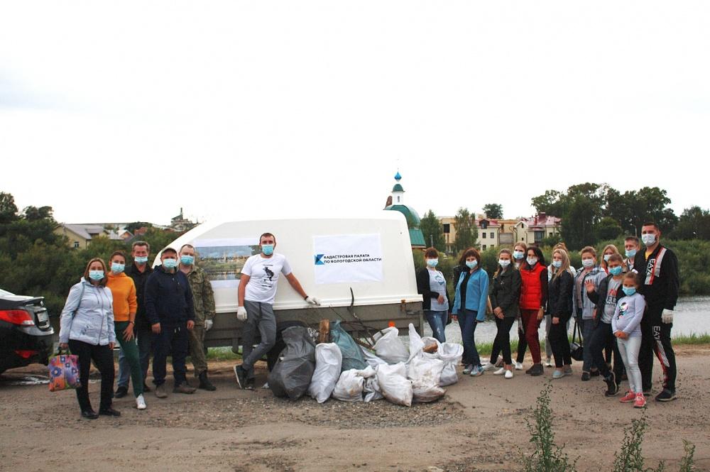 Дверь и 3 тыс. л. мусора обнаружили в ходе экологической акции на берегу Вологды