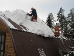 Убирать снег с крыши надо вовремя