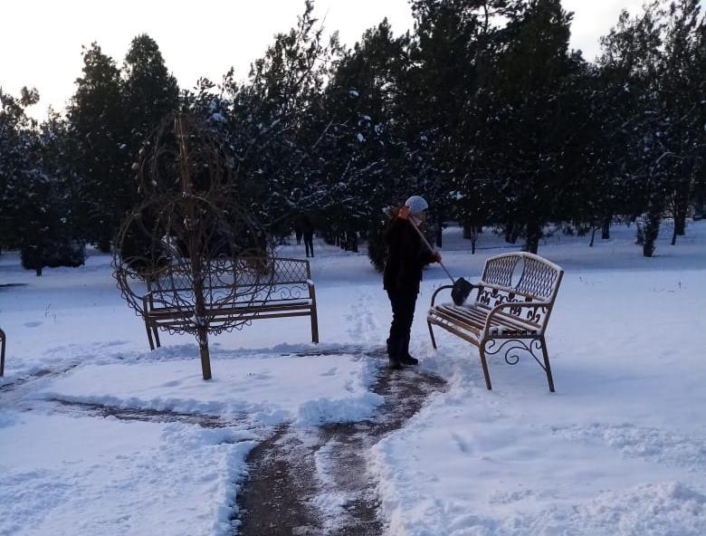 Группой хозяйственного обслуживания и благоустройства ГГМО РК ведутся работы по уборке снега на территории городского парка