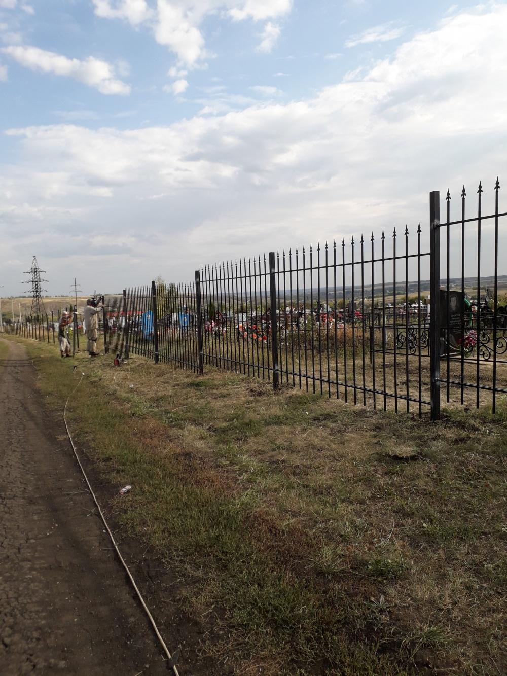 В селе Верхнее Турово устанавливают новое ограждение на кладбище.